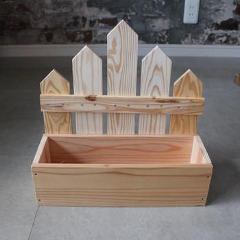 木箱の背面に取り付けられたフェンスが、後ろに置く物の目隠しにもなり便利。プランターらしくて良いですね。基本の四角形木箱を作ってから飾り部分を付けているので、いろいろと応用できますね。
