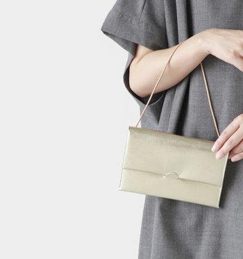こんな光沢のあるバッグなら、パーティーでも活躍してくれそう。チャームをプラスしてオリジナリティーを出しても。