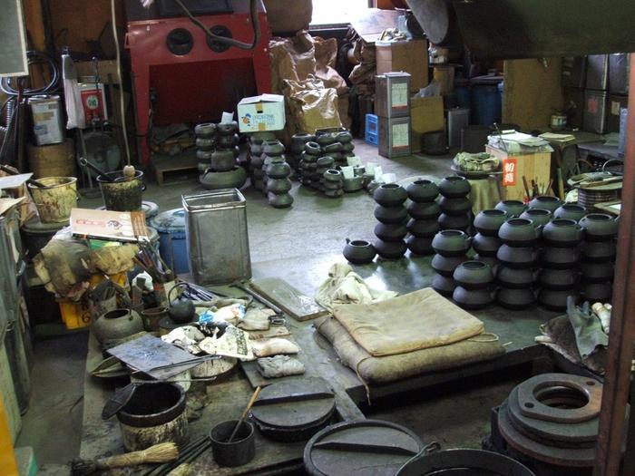 工場見学スペースでは、鋳型が積まれていたり、鋳型作りで使う木型が見られたり、作りかけの鉄器などなど製造工程を見られます。金曜の13時半からが多いという鉄を型に流し込む作業は、タイミングが合えば見学できます。