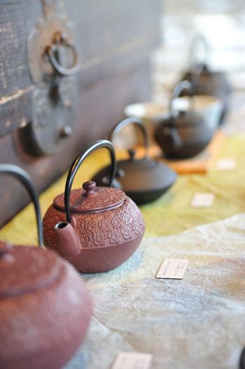 「南部鉄器」は、岩手県の盛岡市や奥州市で古くから作られている伝統工芸品です。昔ながらの技術を活かしながら、今の生活スタイルにも合うようなモダンなデザインや機能を持った新しい物も作られています。南部鉄器の魅力は、実際に手に取って確かめてみたいですね。