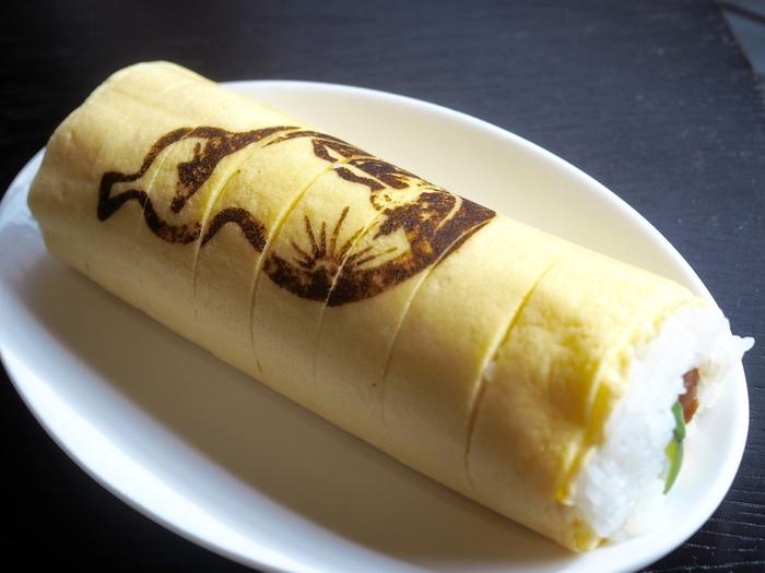 坂本龍馬の焼き印入り「維新巻寿し」は、錦糸卵のきれいなたまご色と焼き色が楽しい1品です。