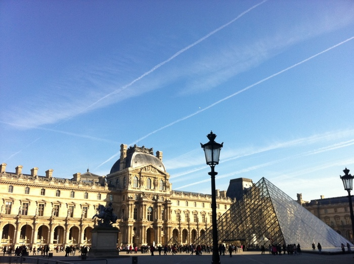 ルーヴル美術館は、12世紀以来、歴代のフランス国王の王宮であったルーヴル宮殿内の美術館です。世界三大美術館(ルーヴル美術館、プラド美術館、エルミタージュ美術館)の一つに数えられ、所蔵している芸術品の数も世界最大級となります。