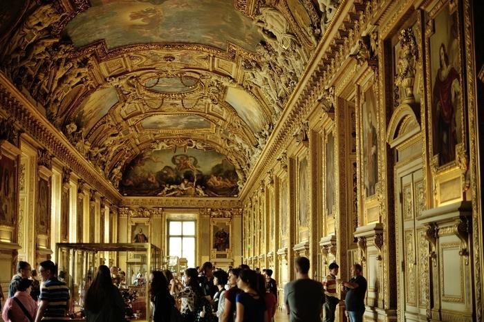 いつもフランス国内外から訪れる大勢の観光客で賑うルーヴル美術館内は、目が眩むような豪華絢爛さです。ヨーロッパ史において、フランスがどれほど巨大な勢力を持っていたのかを煌びやかな美術品が静かに物語っています。