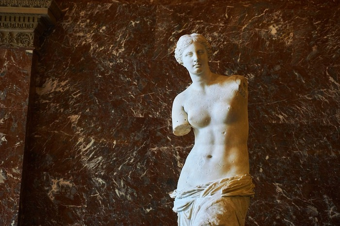 美術、歴史の教科書に必ず掲載されている「ミロのヴィーナス」は1820年にエーゲ海のミロス島で発見された彫刻です。ここでは、美の女神、ヴィーナスの正面姿だけでなく、美しい横顔、後ろ姿を眺めることもできます。