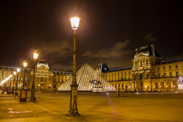 ルーヴル宮殿は、建物そのものが芸術品でセーヌ河岸と合わせて世界遺産に登録されています。夜になると、壮麗なライトアップが施されるルーヴル宮殿は、幻想的な雰囲気に包まれ、日中とは異なる趣を見せてくれます。