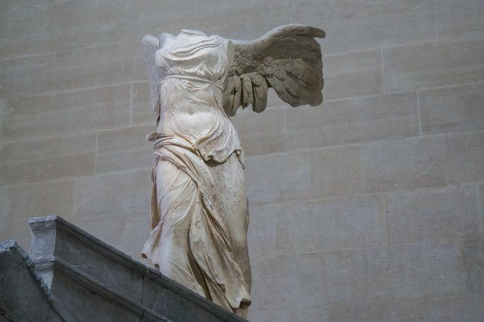 紀元前200年から紀元前190年頃に製作されたと推定されている「サモトラケのニケ」は、ギリシアのサモトラケ島で発掘された彫刻です。大きな翼を広げた勝利の女神ニケの彫刻は、躍動感があふれており、今にも動き出すのではないかと錯覚を感じるほどです。