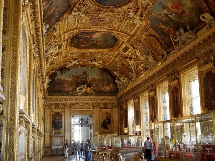 ルーヴル美術館では、ナポレオン3世が居室として使用していた部屋が一般公開されています。