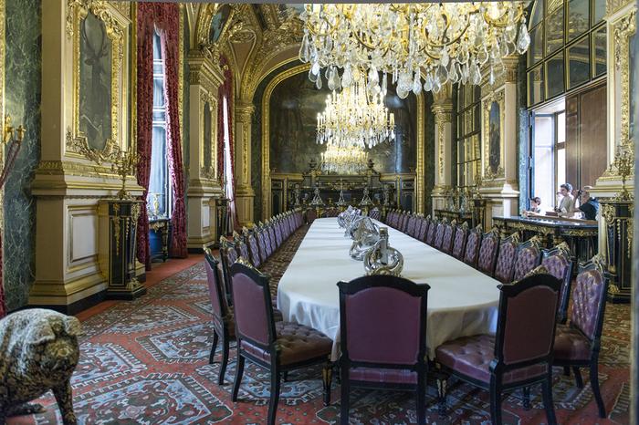 天井から吊るされた煌びやかなシャンデリア、壮麗な装飾が施されたいくつもの絵画、高級感あふれる絨毯、趣向の凝らされた調度品の豪華さには、思わず息を呑むほどです。