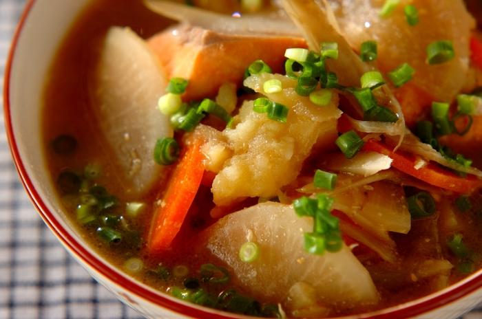 北海道の郷土料理「石狩鍋」は、味噌のコクと鮭の旨味、ゴロゴロとした野菜をたっぷりいただけるボリュームのある料理。