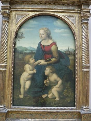 「美しき女庭師」の通称で親しまれている「聖母子と幼児聖ヨハネ」は、天才、レオナルド・ダ・ヴィンチの弟子、ラファエロ・サンティが描いた傑作です。慈母のように優しく微笑む聖母の姿は鑑賞者に癒しを与え、心が清らかになっていくかのような気分を覚えることでしょう。