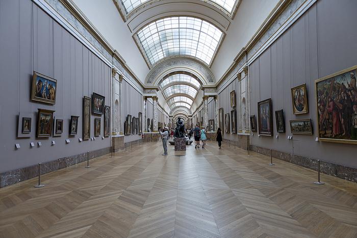 もともと王宮であったルーヴル美術館内部は広大で、迷路のように入り組んでいます。また所蔵品の数も圧倒的な多さであるため、事前に観たい美術品がどこにあるのか、調べておくことをおすすめします。