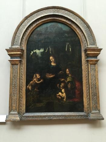 岩窟の聖母は、レオナルド・ダ・ヴィンチによって1483年から1486年にかけて製作された作品です。ルーヴル美術館のほか、イギリスの首都ロンドンにあるナショナル・ギャラリーにもダヴィンチが描いた「岩窟の聖母」が所蔵されています。酷似した作品が2つある理由について、歴史家たちが様々な仮説を立てていますが、未だに確証は得られてない謎めいた作品です。