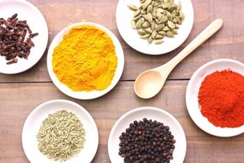 スパイスとして人気のパプリカパウダー(赤)や、カレーでおなじみのターメリック(黄)。蜜蝋を溶かす時に茶漉しで漉しながらふるい入れて、よく溶かしてください。