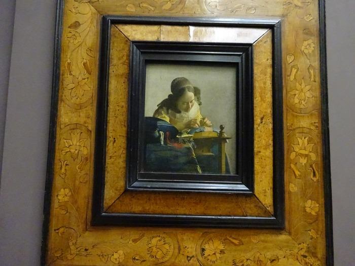 「レースを編む女」は、17世紀に活躍したオランダの画家、ヨハネル・フェルメールによって描かれた絵画です。緻密に描かれた絵画からは、当時のオランダにおける、ごく一般的な女性の日常的場面がどのようなものであったのか想像することができます。