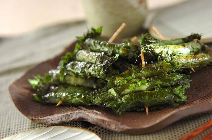 砂糖を加えて甘辛くした仙台みそを青しその葉で巻き焼く「焼きしそ巻き」。クルミを入れることも多く、パリッとした青しそと、カリカリとしたクルミの食感、そして味噌の風味が楽しめる宮城の特産品です。