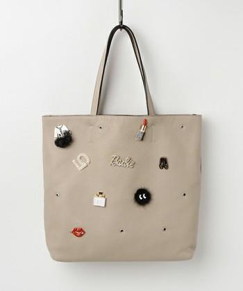 好きなブローチをいくつも付ければ、オリジナルのバッグに。様々なデザインのブローチを組み合わせたり、同系色で統一したり、ブローチ探しが楽しくなりそうです。
