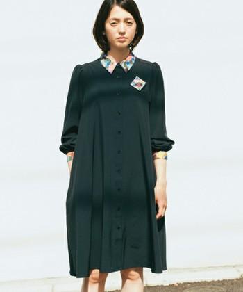 衿つきのおすましワンピースに、絵を飾るように付けられた襟&袖と同デザインのブローチが目を惹きます。アートな雰囲気の大人コーディネートです。