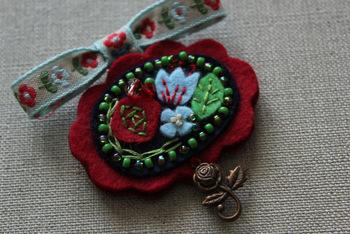 リボンとフェルト、アイアンパーツを組み合わせた薔薇のブローチ。胸元やバッグに付けてみたいですね。ボヘミアンスタイルにも似合いそうです。