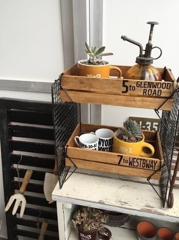 足付きの焼き網を使った2段シェルフは、木箱を結束バンドで固定するだけの手軽さが魅力。転写シートを貼ってポイントにすると、人気の男前風の棚に仕上がります♪