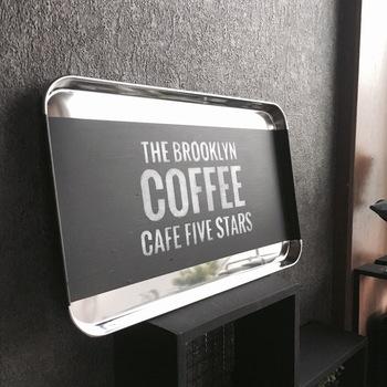 ペイントとステンシルを施せば、おしゃれなカフェ風のトレイに!使っていないときは、こんな風に立てかけておけば、素敵なインテリアディスプレイにもなってくれます。
