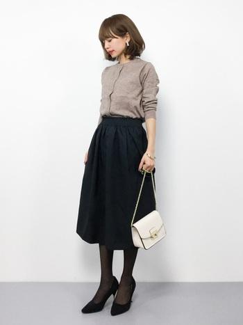 カーディガンはこれから春まで様々な着こなしができます。冬はカーディガンの前を閉じて、セーターのように着こなしましょう。フレアスカートにINしたり、カラータイツを合わせてレディライクに。
