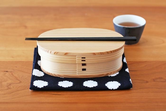 和のお弁当箱として有名なのが、曲げわっぱ。北国に伝わる伝統工芸品です。こちらは秋田大館工芸社のもの。秋田産天然杉を利用し、伝統的な曲げの技法で作られた一品です。