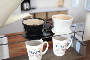 こちらのドリッパ-スタンドは、100円ショップのカット木材に塗料を塗って接着剤でくっつけ、アイアンバーをドッキングしただけの簡単リメイク!バーの上にドリッパ-をのせてコーヒーを注げば、自宅でおしゃれなカフェ気分が味わえます♪
