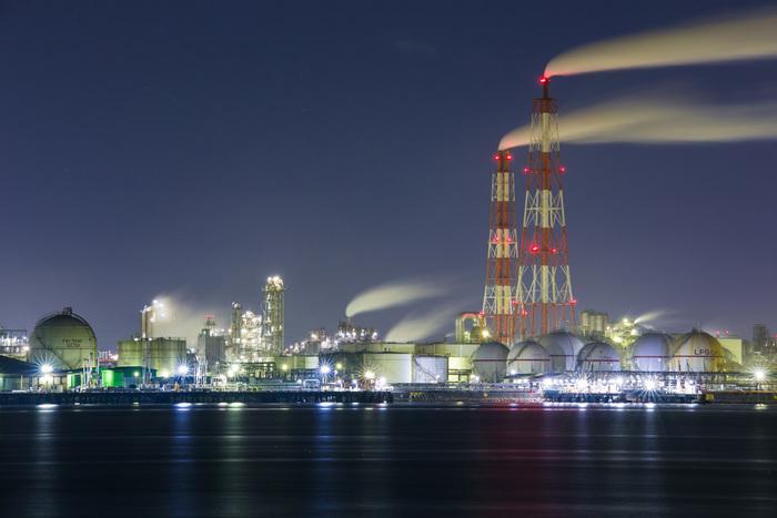 蒸気を吹き出す巨大な煙突、光り輝く丸いプラント、漆黒の夜空が織りなし、堺泉北臨海工業地帯では、SF世界のような光景が広がっています。