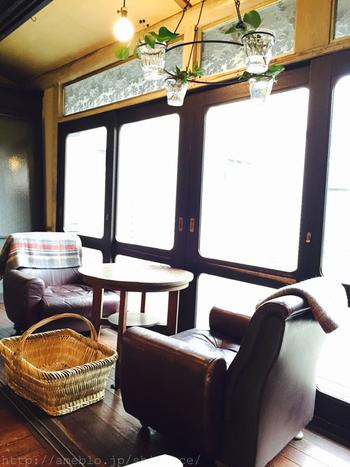 東京とは思えないゆったりとした空気が味わえる古民家カフェには靴を脱いでスリッパで入ります。レトロな家具が並べられた、心落ち着く空間で、歩き疲れた体を休めましょう。