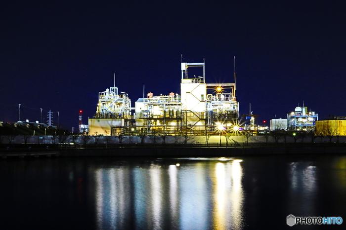 阪神工業地帯とは、大阪府・兵庫県にまたがって広がる工業地帯です。阪神工業地帯は、製品出荷額ベースでは、全国第2位を誇る規模で、臨海部を中心に、広範囲で工場夜景を楽しむことができます。