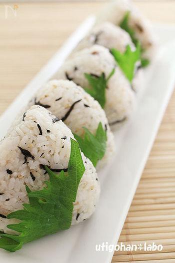 梅干しとひじきとシラスを大葉で包んで、さっぱり感と香りがさらにアップ。食べ過ぎ注意のさっぱりおにぎりです。
