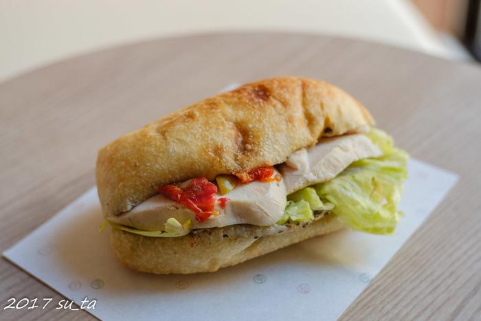 「鶏のプロヴァンス風」は、もっちりとしたチャパタ生地に鶏とオリーヴ、レタスとドライトマトにアンチョビなどを挟んだサンドウィッチです。