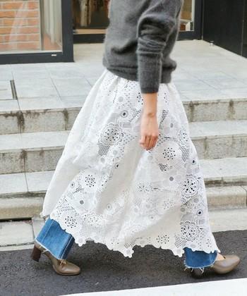 レイヤードスタイルが楽しめる、花柄レースの巻きスカートです。ボリュームもたっぷりしてとても華やか。デニムに重ねてカジュアルに着こなしたい♪