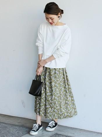 春らしさ満載の、LIBERTYチューリップ柄スカートです。ハリのある生地がふんわりしたシルエットを作ってくれます。ウエストはゴム、丈はロング、コットン100%と、普段使いのしやすさも嬉しい。着るだけで華やぐスカートは一枚あると便利ですね。