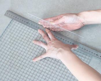 焼き網のDIYでは、折り曲げるという工程がよく出てきます。上手に折り曲げるコツは、「定規」を使うこと。ついつい手で曲げてしまいがちですが、定規を使うことで、簡単に綺麗に仕上げることができます。