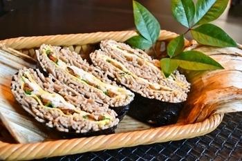人気のおにぎらずはご飯じゃなくても作れちゃう!片手で食べられる蕎麦を使ったおにぎらずなら、お弁当でも大好きなお蕎麦を楽しめますね。