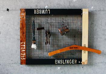 すのこを解体&ペイントして、錆風にペイントした焼き網を固定しています。S字フックをつけたら、鍵やハンガーを掛けるのにぴったり。こんな風にお部屋の壁に掛ければ、収納も兼ね備えた男前な見せる収納アイテムに。