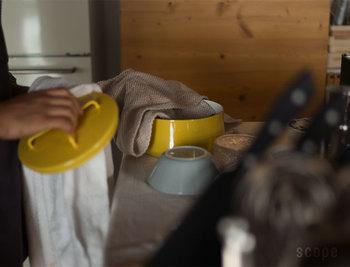 食器洗いは「拭きあげ」までがルーティンと考えて、水切りカゴをいつも片付けておきましょう。どんなにたくさんの収納アイテムを持っていても、見えるところ(カゴの中)にいつまでもお皿があっては、すっきりしませんよね。