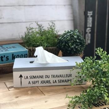 シンプルな木製のティッシュボックスを、ペイント&ステンシルで簡単リメイク!生活感の出やすい箱ティッシュも、この専用ボックスに入れたら、お部屋にすっとおしゃれに溶け込んでくれそうです。