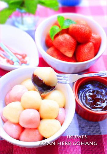 ぷるんとやわらかな白玉にもよく合います。ピンクなどの可愛らしい色の白玉を盛り付ければ、パッ華やぐ白玉チョコフォンデュに。