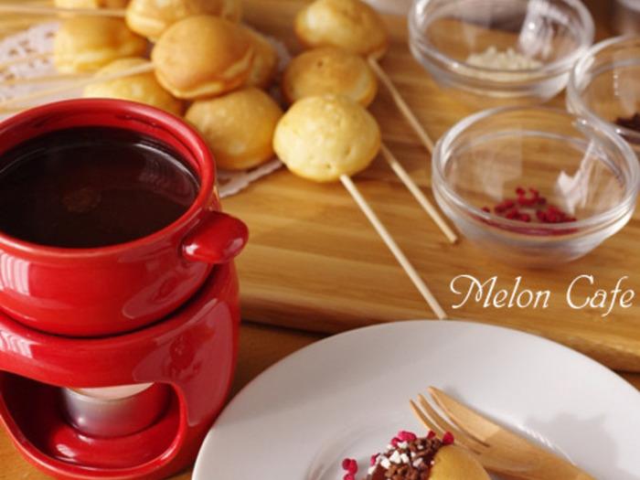 まあるくタコ焼き機などで焼いたプチホットケーキもチョコフォンデュにぴったり。トッピングをプラスしてもいいですね。
