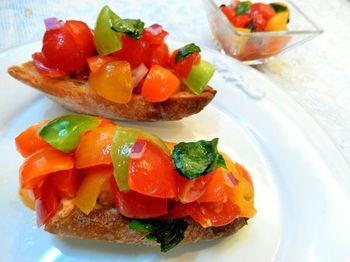 鮮やかで彩りきれいなカラフルトマトのブルスケッタ。にんにくの風味が効いて、トマトのうま味がじわっとパンに染み込んで簡単なのにとっても美味しいですよ。