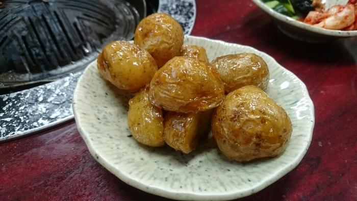 「味噌かんぷら」は、小さいジャガイモ(かんぷら)を皮付きのまま炒め揚げし、味噌と砂糖を加えてから味が染みるまで煮詰めた福島の郷土料理です。