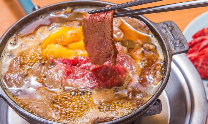 馬肉(桜肉)をすき焼きのように味噌仕立てで食べる「桜鍋」は、明治初期から続く東京の伝統料理です。