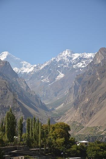 カラコルム山脈に抱かれたフンザ渓谷は、パキスタン北西部に位置する地域です。眼前に迫る標高7000メートルを超えるカラコルム山脈を背景に、のどかな山村が広がる自然豊かな景色は、まるで絵本の挿絵のようです。