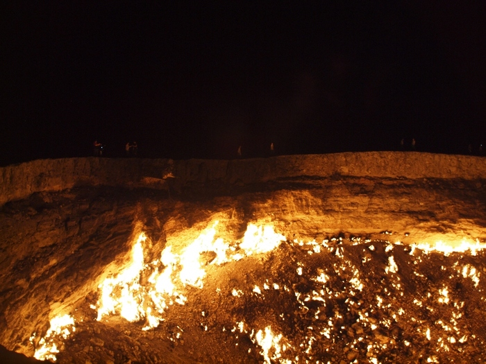 「死の砂漠」とも呼ばれ、いにしえより人々から恐れられてきたカラクム砂漠中央部にあるダルヴァザ村には、「地獄の門」と呼ばれる穴があります。地獄の門は、村の地下に眠る豊富な天然ガスを採掘するときの事故によって空いた穴で、事故以来、絶えることなく炎が燃え続けています。無機質な岩場に空いた大きな穴から、メラメラと炎が燃え盛る様は、まさに私たちが想い描く「地獄」そのものです。