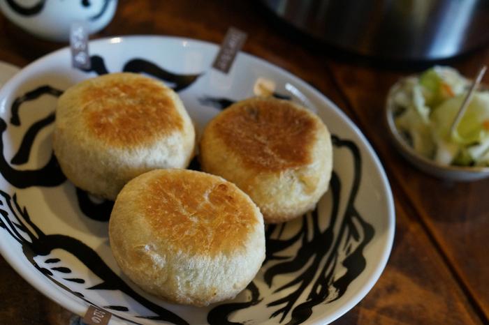 長野の郷土料理といえば「おやき」。小麦粉とそば粉などを水で溶いて練った皮に、様々な具を包んで焼いたものです。ナス味噌やネギ味噌など、味噌ベースの味も豊富です。
