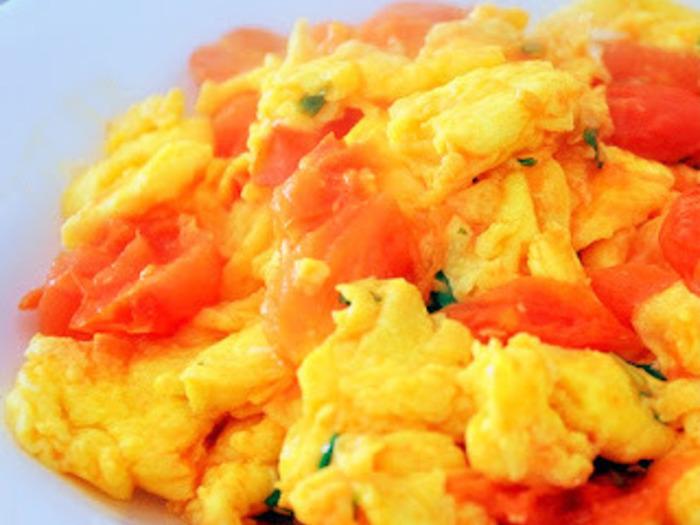 台湾風のスクランブルエッグ。  卵だけのスクランブルエッグも良いですが、トマトを入れることで栄養も彩りも増しますね♪  カリッと焼いたトーストに乗せても絶品です。