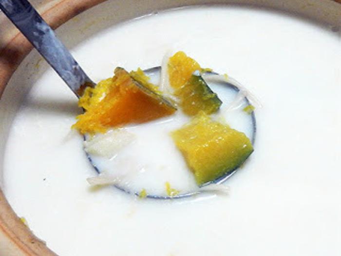台湾は、「スイカミルク」「パパイヤミルク」など、さまざまなフルーツや野菜をミルクと混ぜた飲み物が豊富。  こちらのかぼちゃミルクは、夏はアイスで、冬はホットでいただくものだそう。  煮込んだかぼちゃ、ミルクとお砂糖を入れて楽しんでみましょう♪