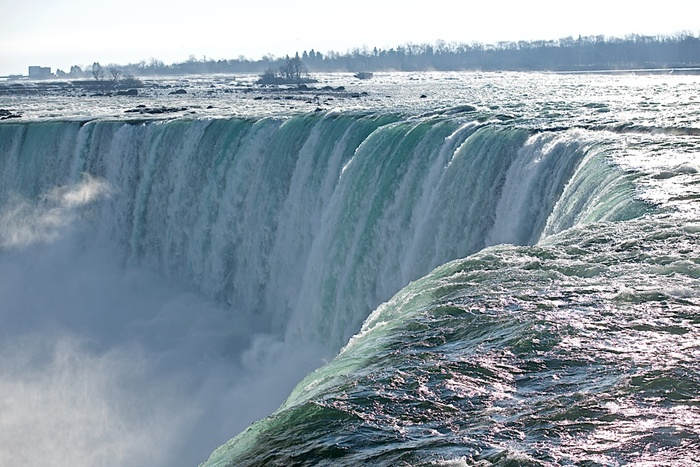 世界三大瀑布(ナイアガラの滝、イグアスの滝、ヴィクトリアの滝)の一つに数えられるナイアガラの滝は、カナダとアメリカの国境に位置する滝です。毎分168平方メートルの水が流れ落ちる圧倒的な迫力を持つナイアガラの滝は訪れる人々に忘れることのできない強烈な印象を与えます。